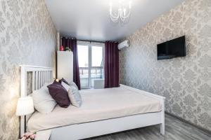 A bed or beds in a room at Студии в ЖК Большой в центре, на Красной 176