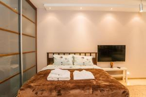 A bed or beds in a room at Апартаментос на Маяковке