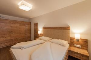A bed or beds in a room at Ferienhaus Larinmos