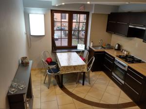 Kuchnia lub aneks kuchenny w obiekcie Oficyna Form - Apartament Dwupoziomowy