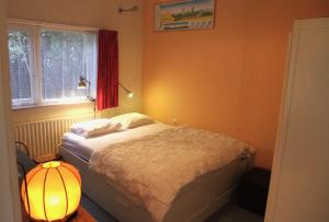 A bed or beds in a room at De Boem