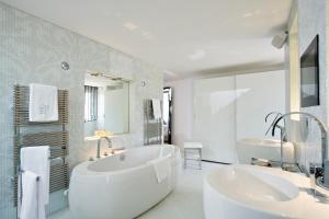 Salle de bains dans l'établissement Domaine de Verchant & Spa - Relais & Châteaux