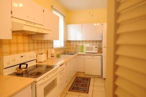A kitchen or kitchenette at Bay View Suites Paradise Island
