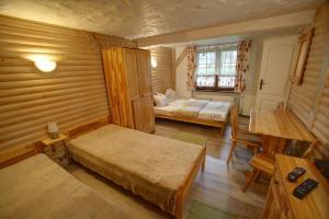 Łóżko lub łóżka w pokoju w obiekcie Chata pod Skocznią