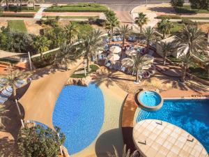 Vista sulla piscina di Yas Island Rotana Abu Dhabi o su una piscina nei dintorni