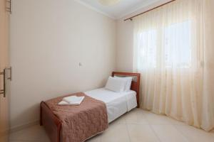 A bed or beds in a room at Family apartment near the sea