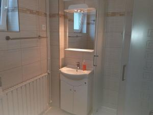 A bathroom at Lola Vendégház
