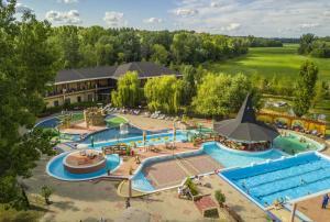Ein Blick auf den Pool von der Unterkunft Session Hotel Ráckeve oder aus der Nähe