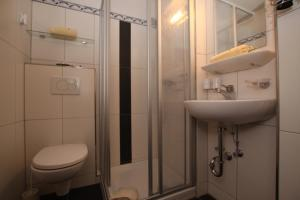 A bathroom at Pension Garni Gerhard