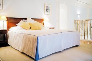 Кровать или кровати в номере Palais Coburg Hotel Residenz