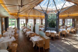 Ein Restaurant oder anderes Speiselokal in der Unterkunft Hotel Residence Starnberger See