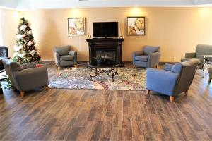 A seating area at Baymont by Wyndham West Plains
