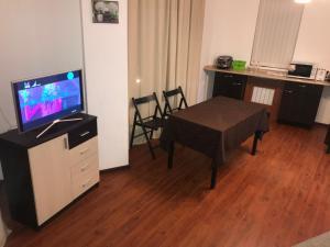 Телевизор и/или развлекательный центр в Апартаменты на Метелева