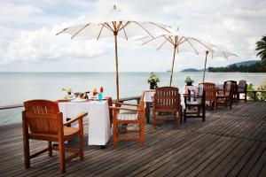 A restaurant or other place to eat at Lipa Lodge Beach Resort