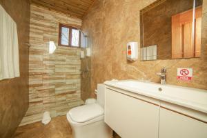 A bathroom at Carmen Hotel & Villas