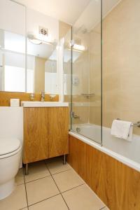 A bathroom at Presidential Marylebone / Mayfair