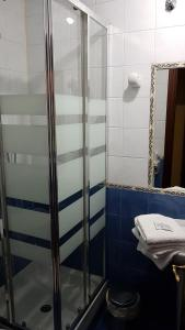 A bathroom at Hostal Foncalada