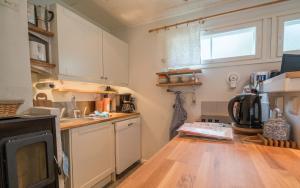 A kitchen or kitchenette at Oak House