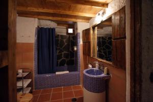 Un baño de Casas Cueva La Tala