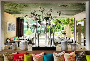 A restaurant or other place to eat at Giardino Lago