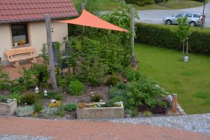 """Ein Garten an der Unterkunft Ferienhaus """"Landromantik"""""""