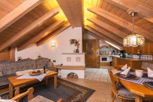 Ein Sitzbereich in der Unterkunft Ferienhäuser Werdenfels