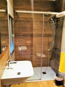 A bathroom at Hotel Baviera