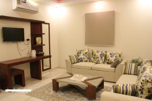 Uma área de estar em 7 Days Furnished Apartments