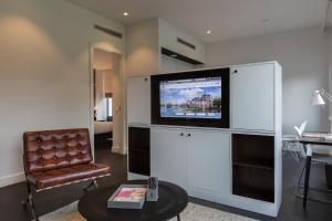A television and/or entertainment center at B-aparthotel Kennedy