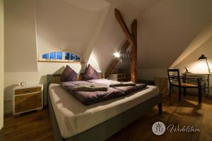 A bed or beds in a room at Villa Dohna - Apartment Wedelstam