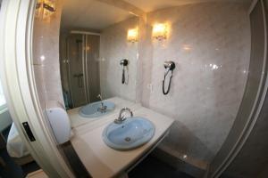 Salle de bains dans l'établissement Hôtel Saint-Marc