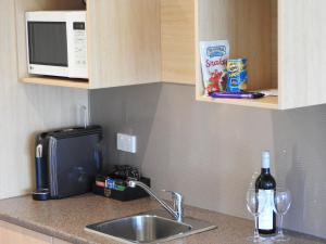 A kitchen or kitchenette at Golden Heritage Accommodation