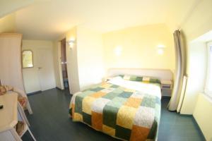 Un ou plusieurs lits dans un hébergement de l'établissement Hôtel Saint-Marc