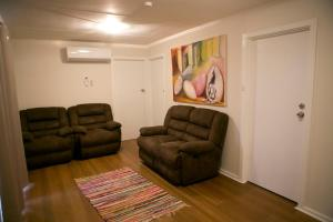 A seating area at Breakaway Views 374 ALP ST