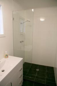 A bathroom at Breakaway Views 374 ALP ST