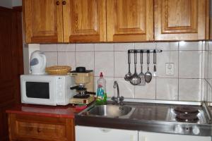 A kitchen or kitchenette at Eman Apartmanház