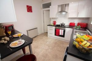 A kitchen or kitchenette at Apex - Sea Front House Cleethorpes