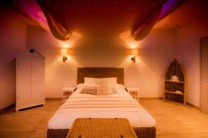 A bed or beds in a room at Abri Cosy