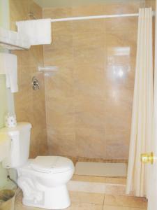 A bathroom at Eagle Crater Lake Inn