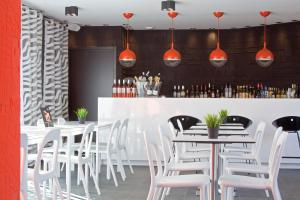 The lounge or bar area at Hôtel De L'octroi