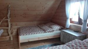 Łóżko lub łóżka w pokoju w obiekcie Osada Łopuszna
