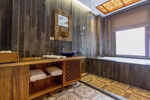 A bathroom at Sunlight-Horoyoi Homestay