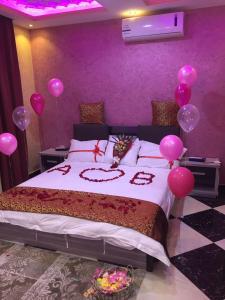 Cama ou camas em um quarto em Izdehar Furnished Apartments