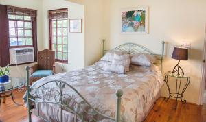 A bed or beds in a room at Frognal Apartment