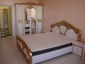 Lova arba lovos apgyvendinimo įstaigoje Apartment on Lyustdorfska Road