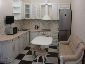 Virtuvė arba virtuvėlė apgyvendinimo įstaigoje Apartment on Lyustdorfska Road
