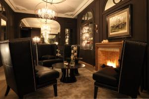A seating area at Newhotel Roblin