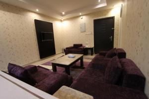 Uma área de estar em Manazel Al Hamra Apartment 2