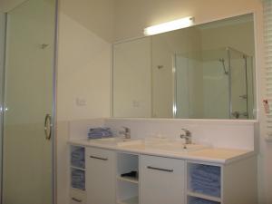 A bathroom at Barclay Motor Inn