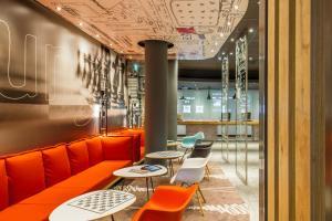 Un restaurante o sitio para comer en ibis Berlin City Potsdamer Platz